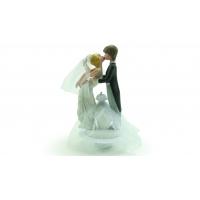 Couple de mariés s'embrassant en porcelaine